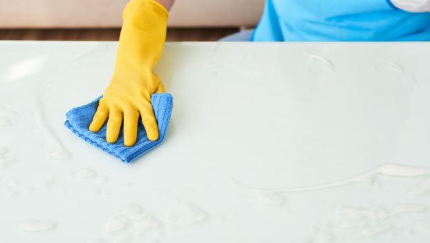 Pessoa limpando uma mesa