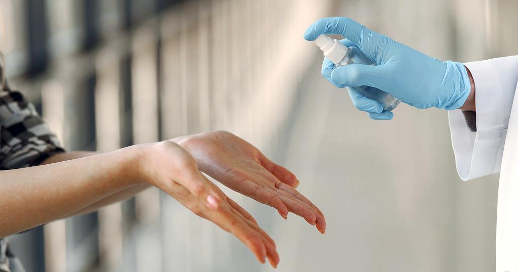 Mãos sendo limpas com alcool