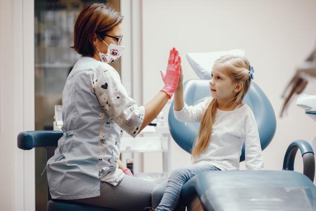 Dentista com criança