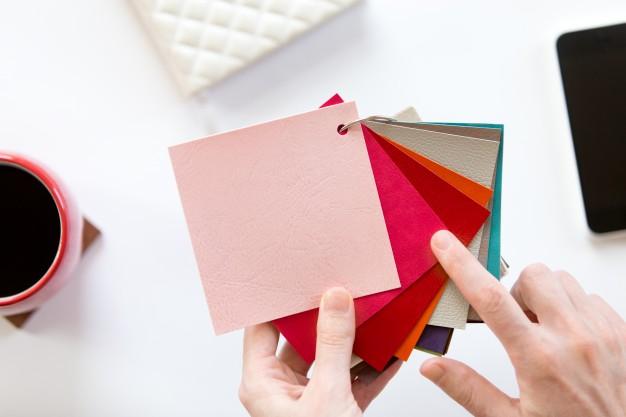 Imagem mostra mãos escolhendo cores